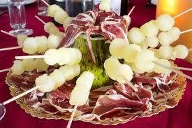 Brochetas de melón acompañado de jamón ibérico.
