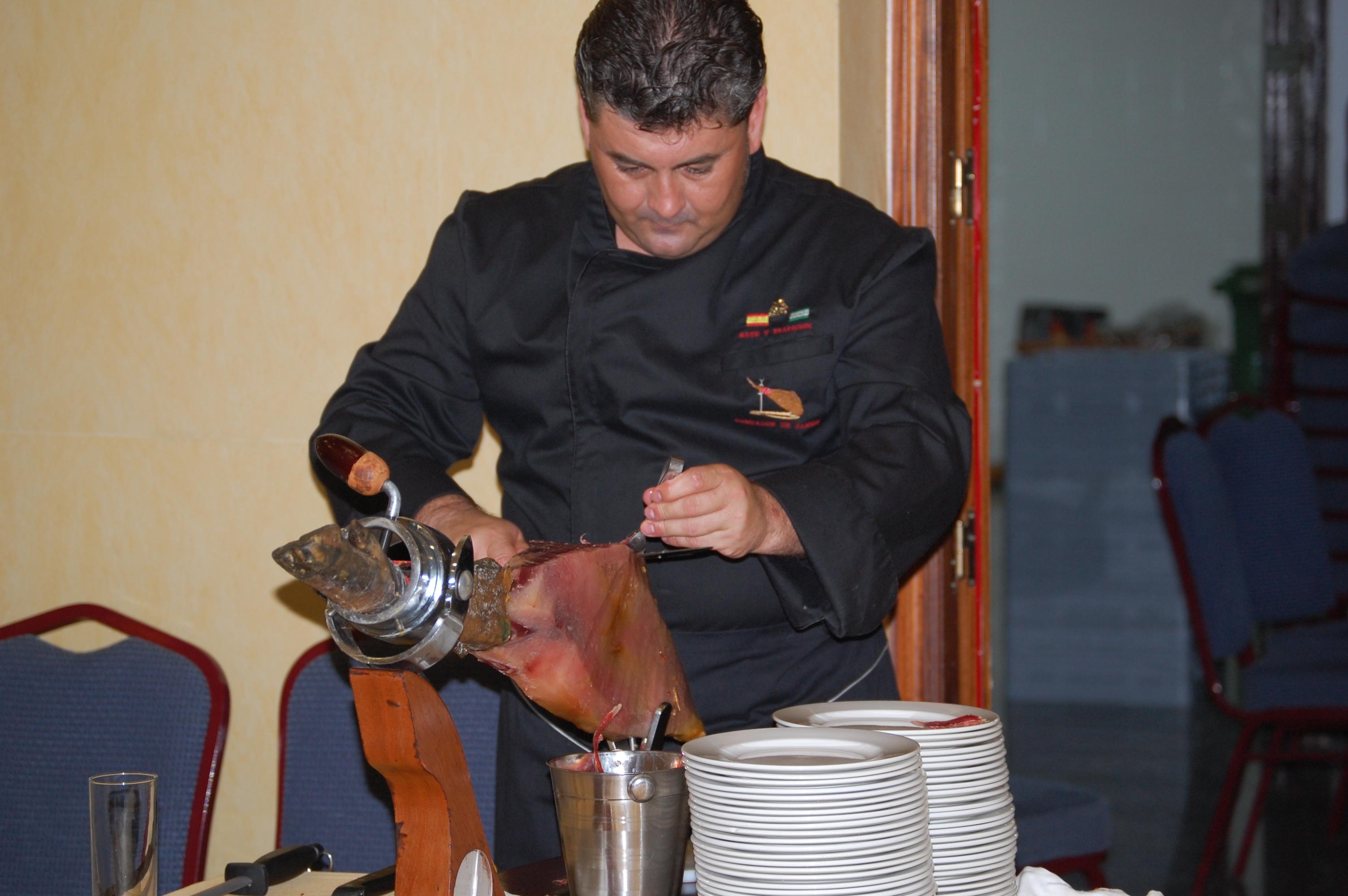Degustar los sabores y olores de un jamón iblerico en el momento de su corte.